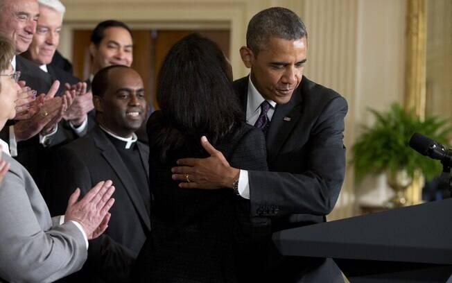 Obama abraça Tolu Olubunmi, uma ativista da imigração, antes de falar sobre a reforma migratória (11/6/2013)