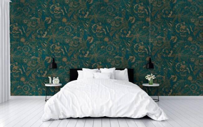 Quarto do casal decorado com papel de parede em tons de verde