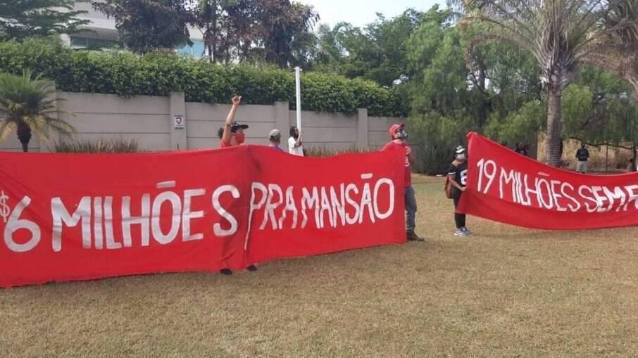 MTST protesta contra a fome em frente à mansão de Flávio Bolsonaro