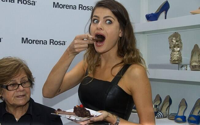b0d42285c2354 Isabeli Fontana também compareceu ao evento e recebeu um bolo de  aniversário. A top completou
