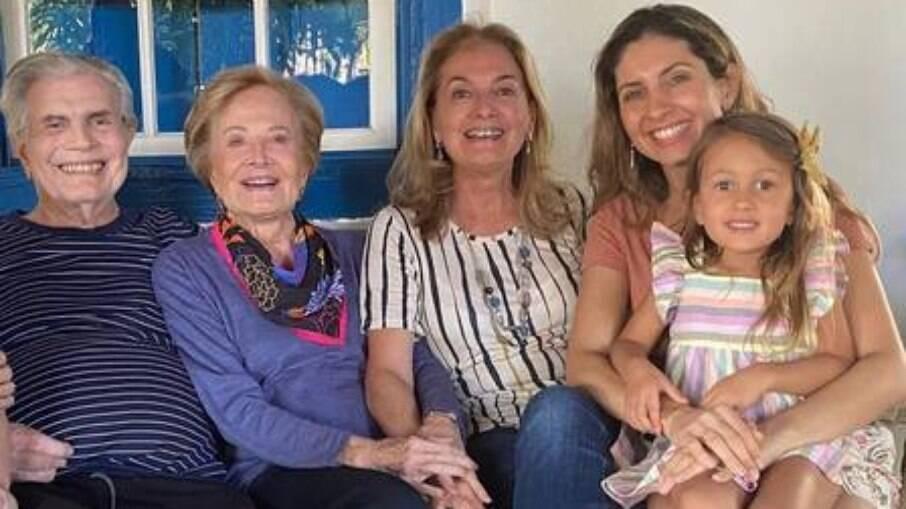 Tarcísio Meira e Glória Menezes com a bisneta, a neta e o marido dela