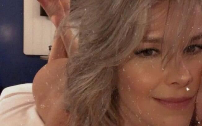 """Samara Felippo assume cabelos brancos e diz estar se """"sentindo maravilhosa"""""""