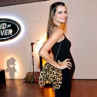 Grávida, Fernanda Motta participa de lançamento de carro em São Paulo