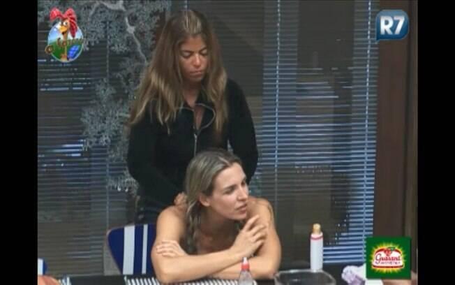 Enquanto conversavam, Raquel cuidava da amiga Joana