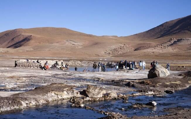 Turistas enfrentam o frio e entram na piscina termal dos gêiseres de El Tatio