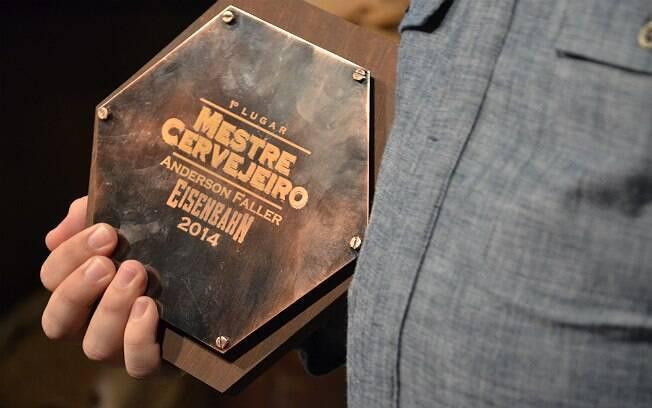 Anderson com sua placa de vencedor