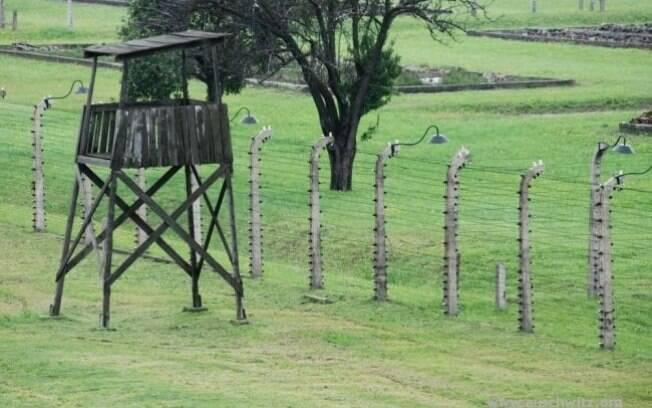 Torre de controle em frente a cerca no campo: quem tentasse fugir era imediatamente aniquilado. Foto: Auschwitz-Birkenau State Museum