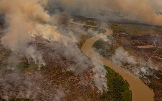 Fogo consomiu áreas do Pantanal em Poconé (MT)