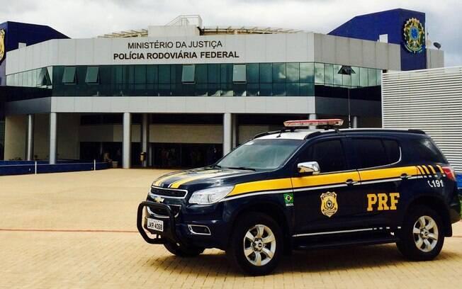 Carro da polícia federal estacionado