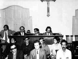 Pimentel de óculos e roupa escura, durante interrogatório em Juiz de Fora, em 1972