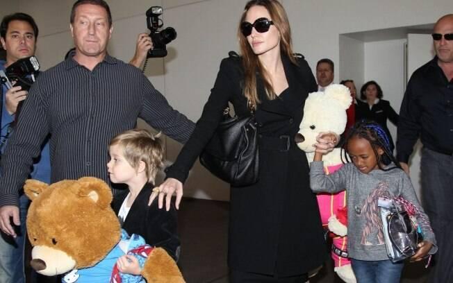 Angelina Jolie: urso de pelúcia gigante e filhos