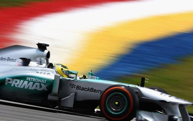 Nico Rosberg conduz sua Mercedes. Alemão vai  largar em sexto na Malásia
