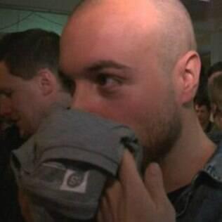Participantes são convidados a cheirar as camisetas para encontrar o par perfeito
