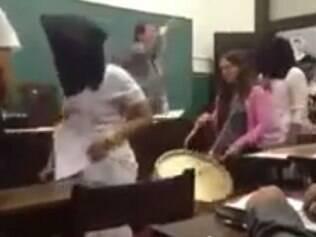Professor tentou tirar máscaras dos alunos e continuar a aula, mas não conseguiu