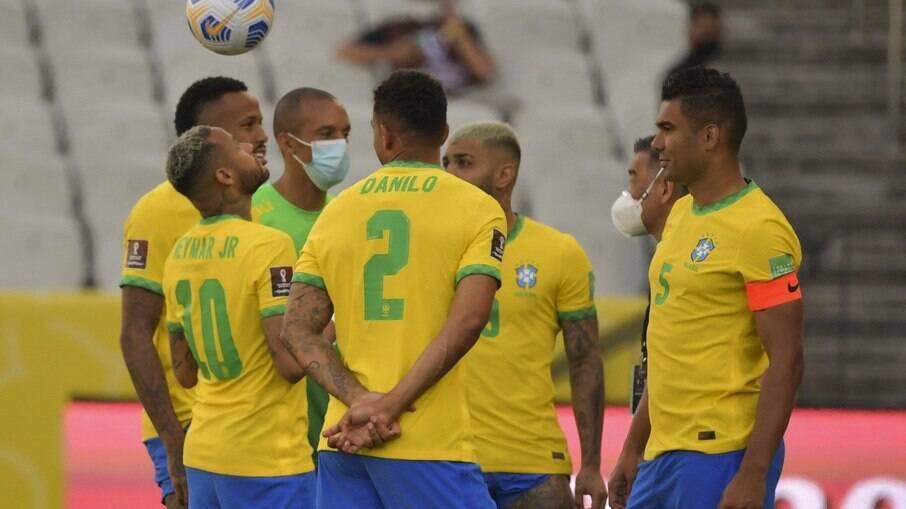 Jogadores do Brasil conversam após a paralisação da partida contra a Argentina