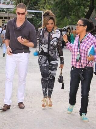 Gaby Amarantos chega com salto alto e escorado por amigo ao Fashion Rio