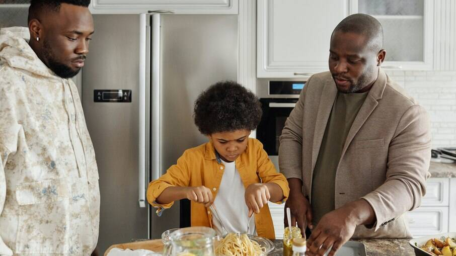 Se os pais estiverem em relacionamentos fora dos padrões heterogâmicos, não omita as informações para seus filhos