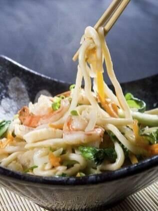 O yakissoba pode ser cortado à mesa