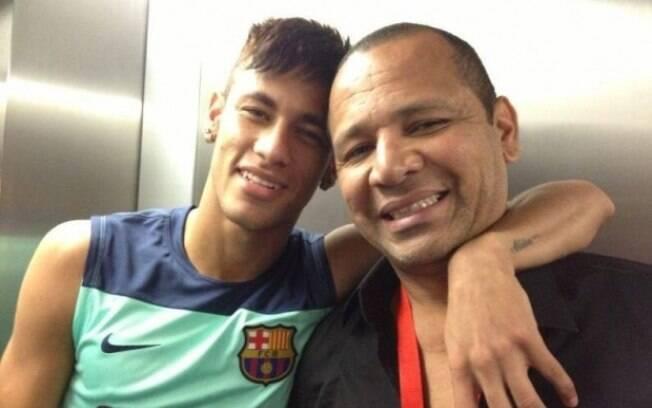 Grande parte do que o atacante Neymar recebe em contratos de publicidade é repassado para empresa dos seus pais