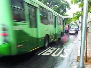 Desrespeito. Apesar de faixas e da sinalização, vários motoristas invadiram espaço dos coletivos
