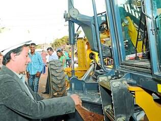 Demanda.  O prefeito Carlin Moura esteve no bairro Chácaras Del Rey para acompanhar o início das obras de investimentos da Copasa