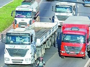 Na pista da esquerda, motoristas irregulares abusam da velocidade