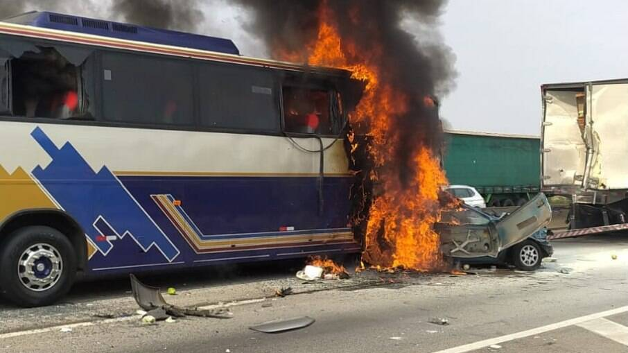ônibus e veículo de passeio no momento da colisão