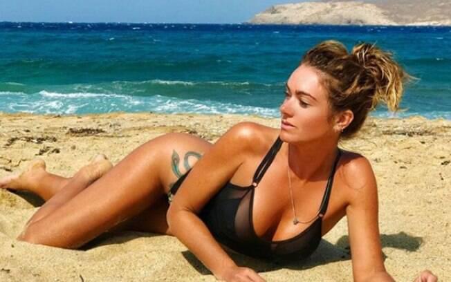 Luize Altenhofen exibe corpão em praia