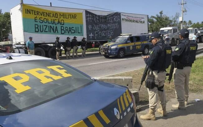 Polícia Rodoviária Federal (PRF) atua em ações para desbloqueio de rodovias durante greve dos caminhoneiros