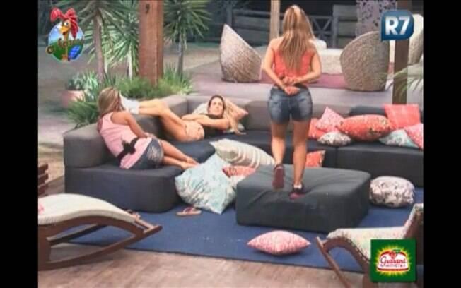 Joana, Valesca e Raquel conversam na varanda