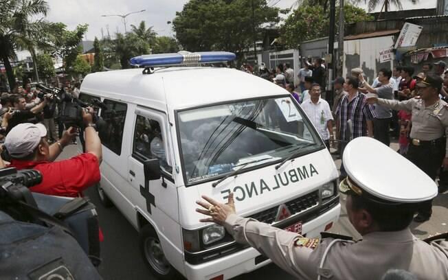 Ambulância que transporta os corpos dos australianos Andrew Chan e Myuran Sukumaran chega a casa funerária de Jacarta