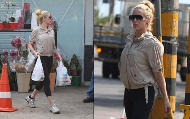 Danielle Winits carrega compras do mercado nesta terça-feira (13), no Rio