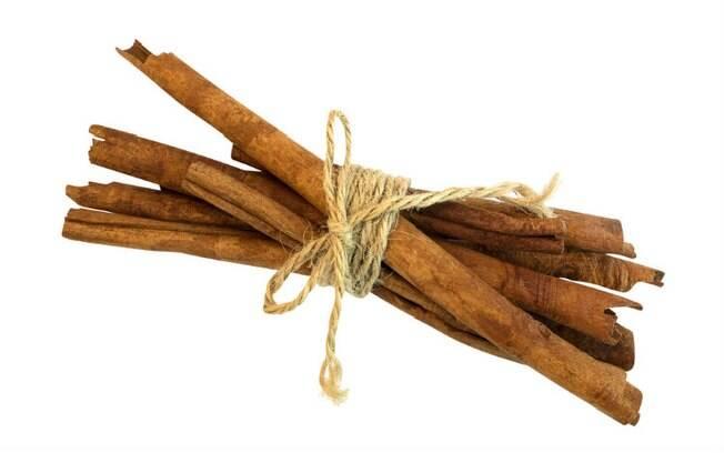 A canela auxilia no combate à amenorreia (ausência ou atraso na menstruação)