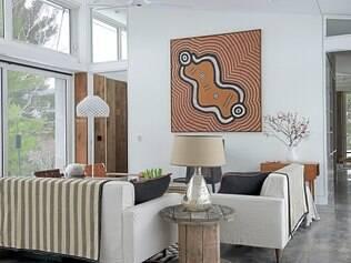 Sala de estar é toda pontuada com peças de origem familiar