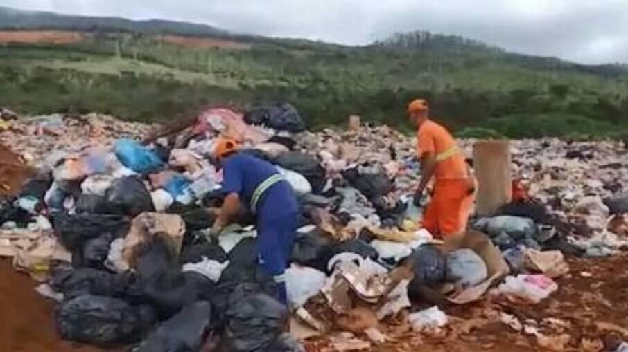 Os funcionários reviraram 8 toneladas de lixo