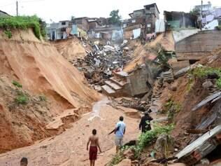 Prejuízo. As fortes chuvas provocaram o deslizamento de uma encosta que, de acordo com o decreto, comprometeu até 40 residências