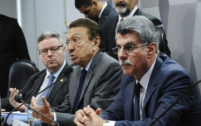 Mais de 12 horas após o início da sessão, o texto-base do senador Romero Jucá foi votado e aprovado, sob protestos da oposição