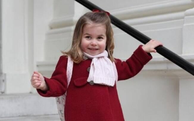 Princesa Charlotte posa nas escadas. Família real divulgou clique da princesa em seu primeiro dia no berçário