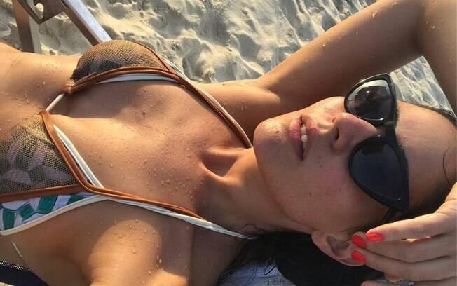 Carol Castro comemora as férias após o fim das gravações de