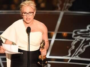 Iguais - Patricia Arquette lê seu discurso após vencer o Oscar, no qual defendeu a igualdade de gêneros