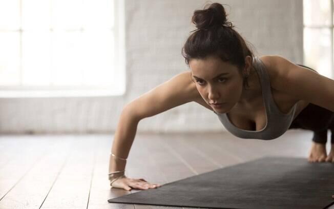 Flexão de braço está entre os exercícios para trincar o corpo