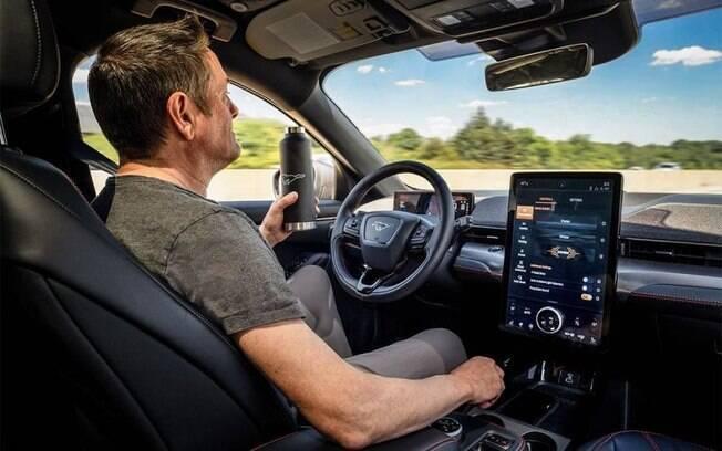 A bordo do Ford Mustang Mach-E, SUV elétrico que vem com função que permite tirar as mãos do volante