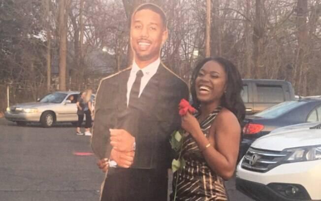 A americana Audeva Agyeman decidiu levar o ator Michael B. Jordan de papelão ao baile de formatura de sua escola