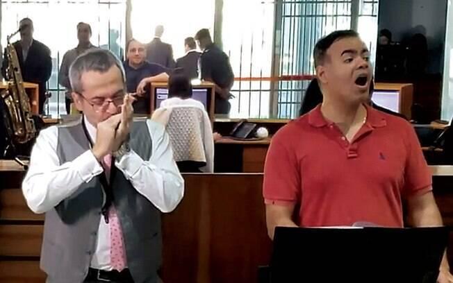 MÚSICA - O ministro Weintraub toca gaita no coral do MEC: segundo ele, essa é uma prova que sua família é cearense