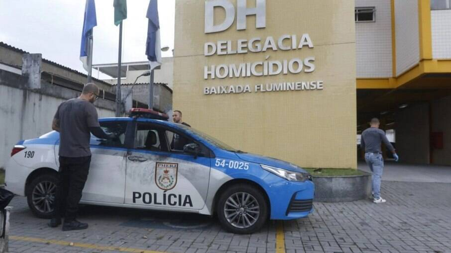 Viatura dos policiais militares executados em Nova Iguaçu, Rio de Janeiro, é periciada pela Civil