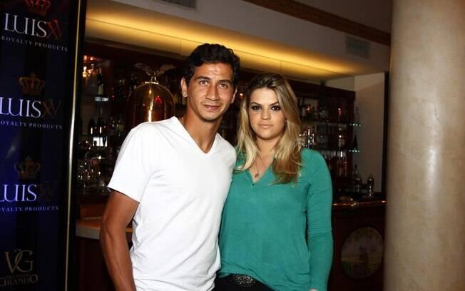 Ganso, jogador de futebol do São Paulo, acompanhado da mulher