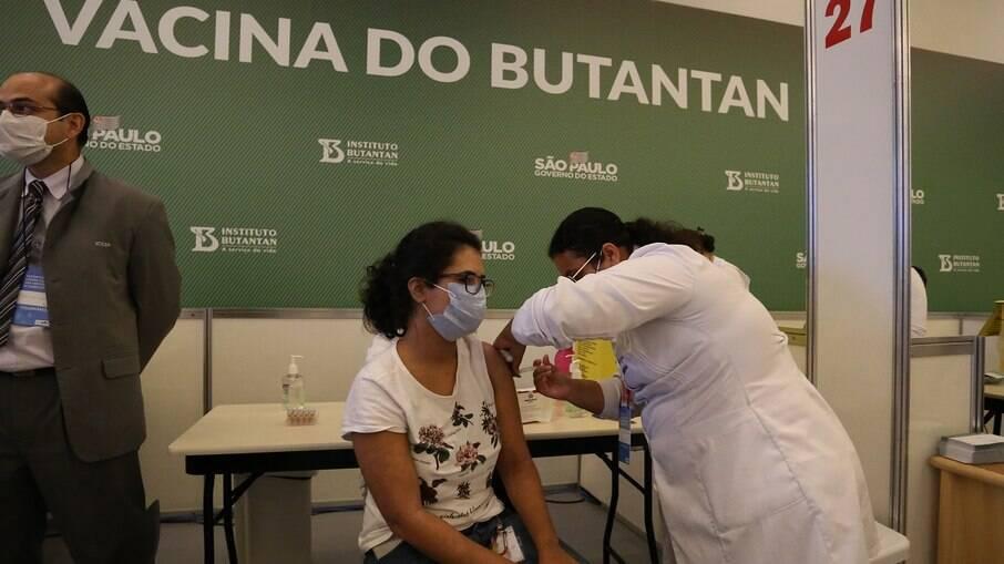 Brasil está em 12º lugar entre os países que mais vacinam considerando números absolutos