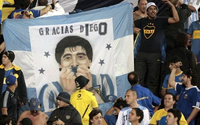Em jogo da final da Libertadores contra o  Corinthians, torcida do Boca Juniors leva faixa em  homenagem a Maradona