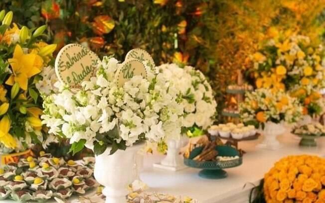 Chá de bebê de Sabrina Sato teve decoração predominantemente amarela e branco, com lírios, rosas e limão siciliano
