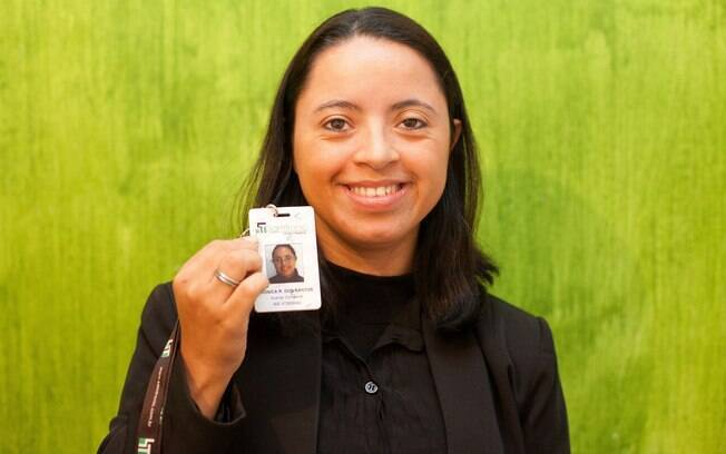 Mônica mostra seu crachá do trabalho: a independência foi uma necessidade